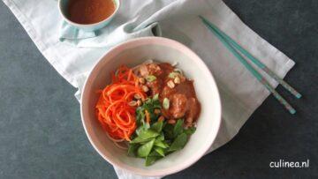Vegetarische noedelbowl met saté