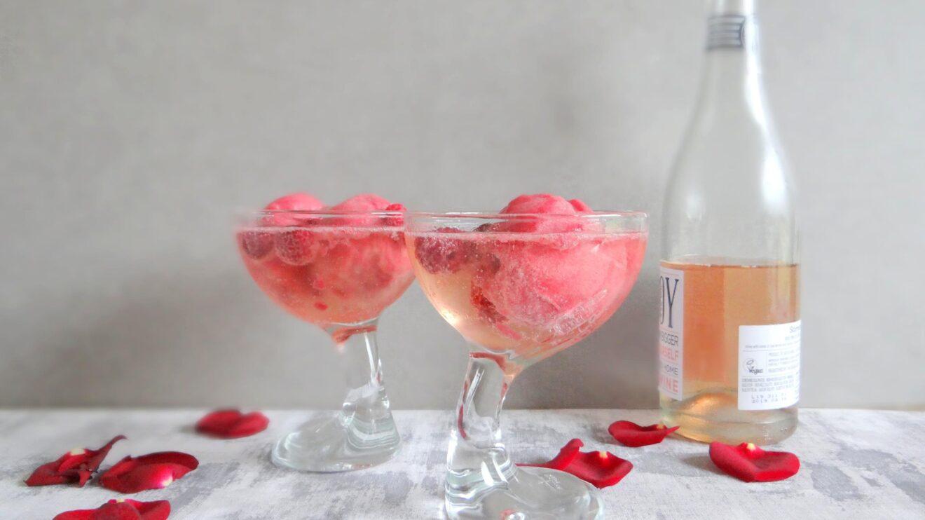 Bosvruchten sorbet in rosé bubbels