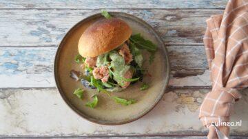 Broodje tonijn met groene kruidensaus