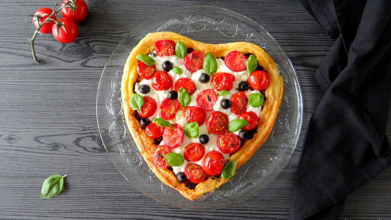 Hartige taart met burrata en tomaatjes