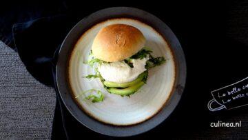 Sandwich met mozzarella en avocado