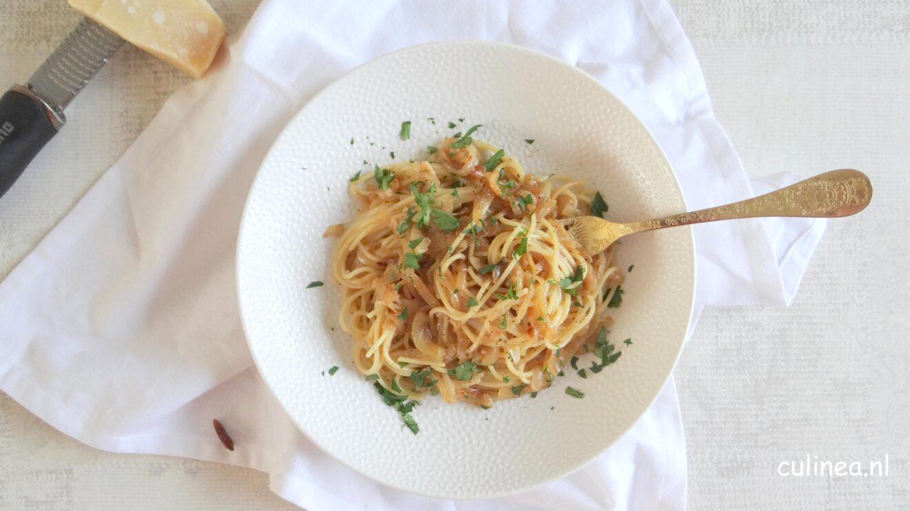 Spaghetti met gekarameliseerde uien