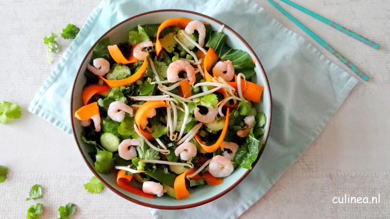 Aziatische salade met paksoi, wortel en komkommer