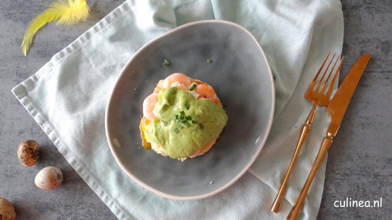 Eggs Benedict met garnalen en avocadosaus