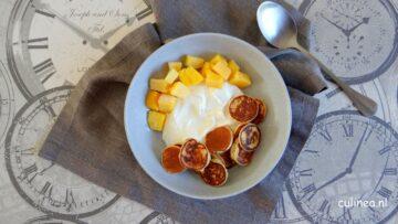 Mini pancakes cereal met mango