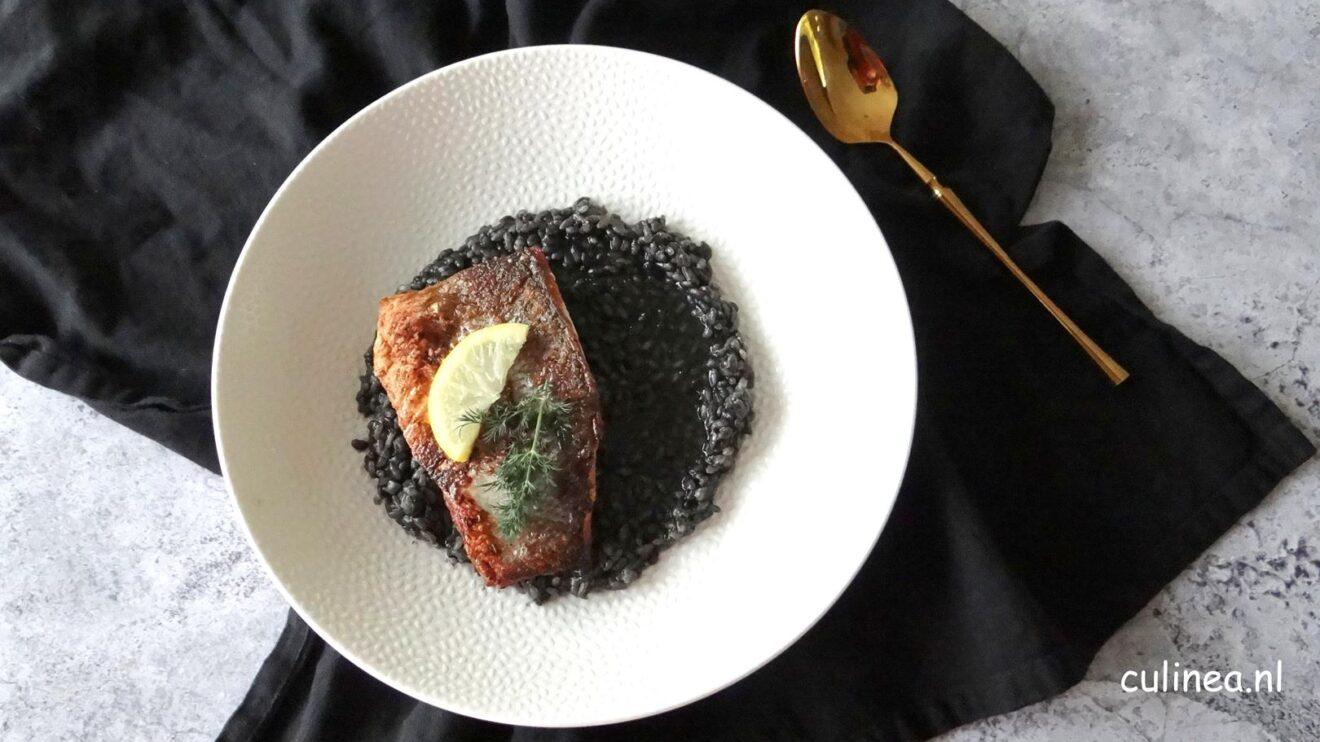 Zwarte risotto met zeebaarsfilet