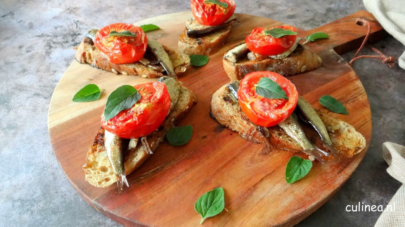 Crostini met sardines en tomaat