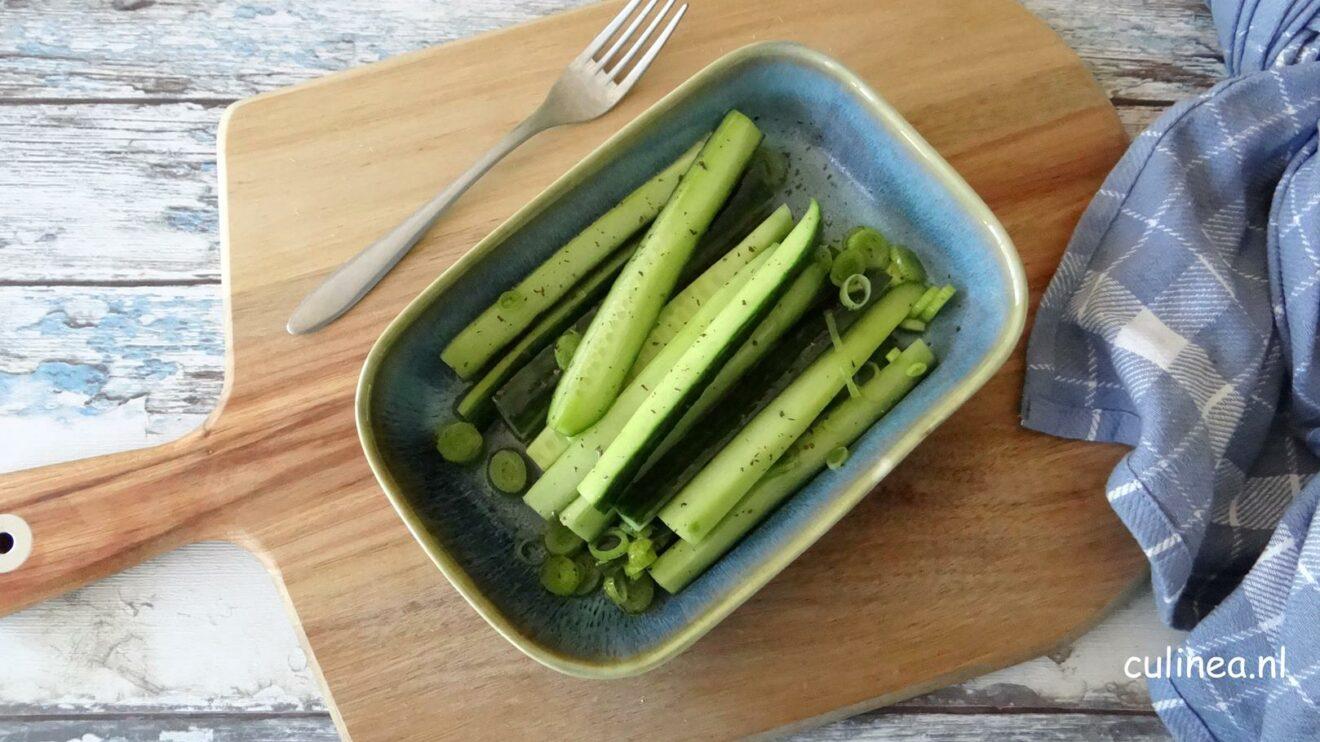Ingelegde komkommer met knoflook