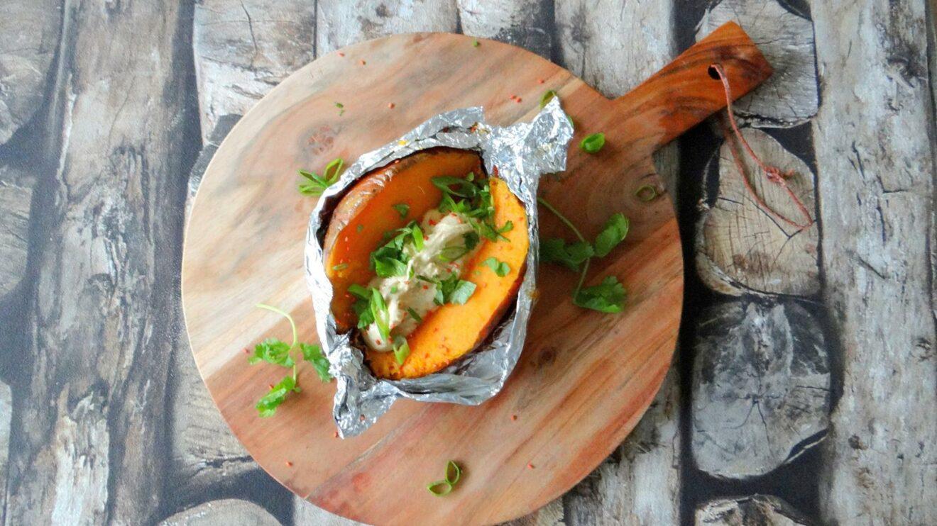 Gepofte zoete aardappel met tahin-misoboter
