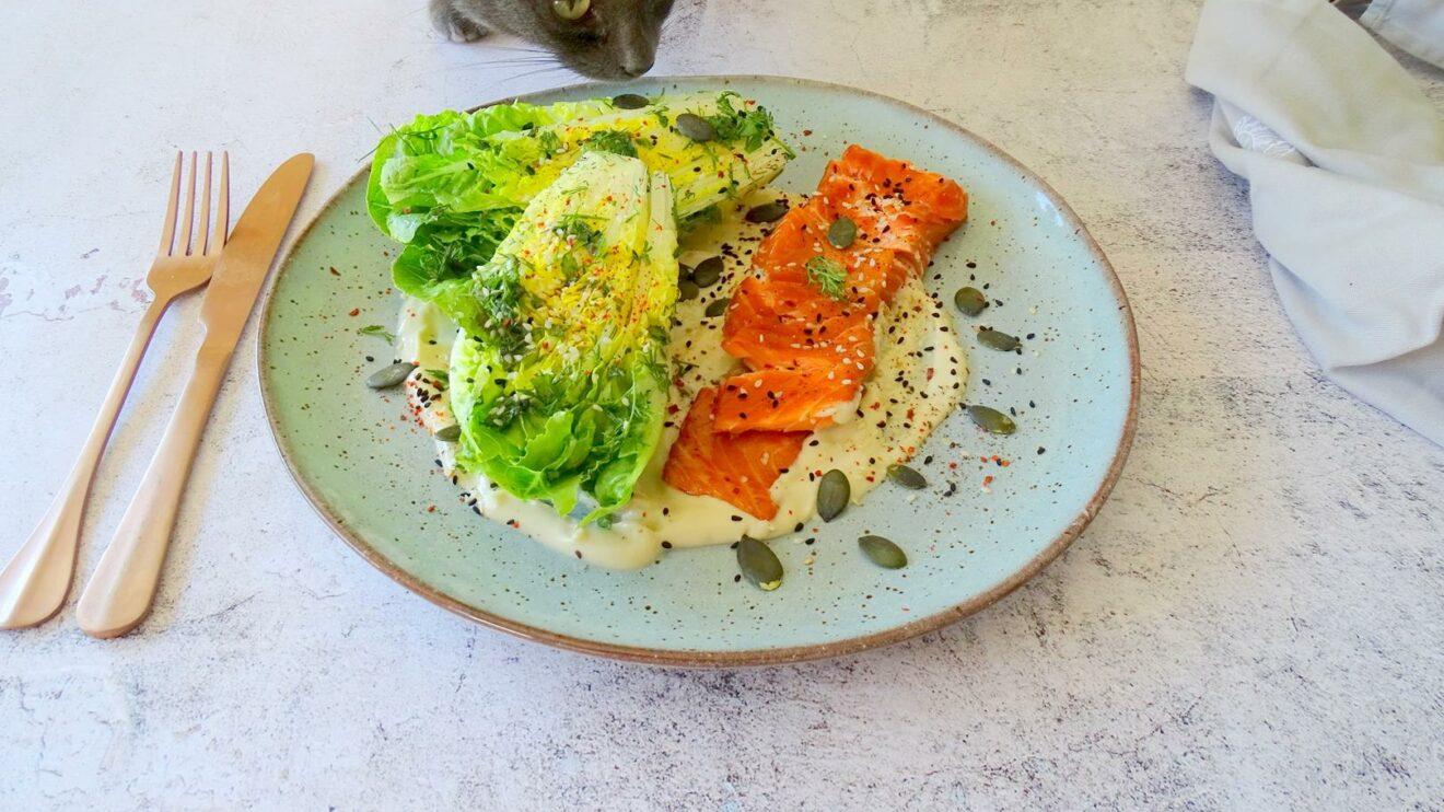 Little gem salade met zalmforel en tahinsaus
