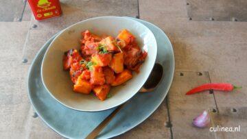 Patatas Bravas is een Spaans aardappel tapasgerecht met een pittige tomatensaus.
