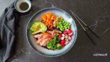 Sushi bowl met warm gerookte zalm