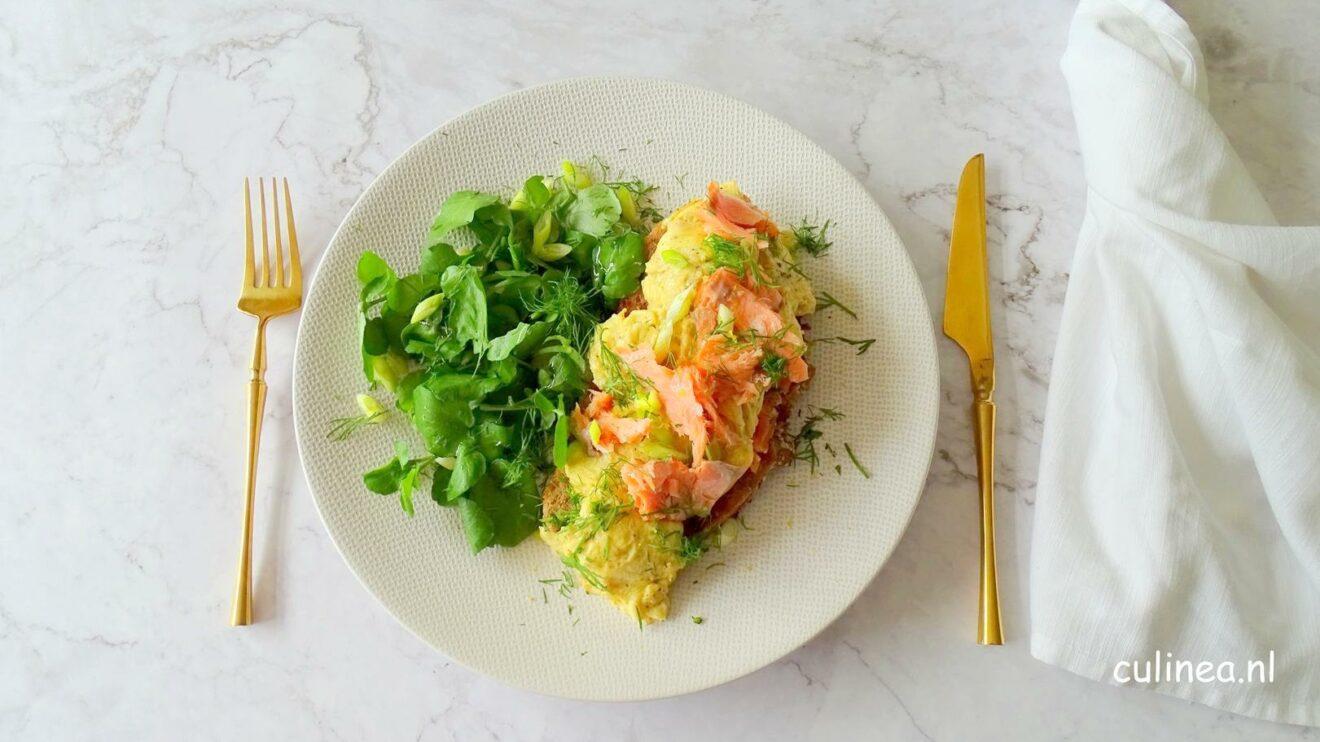 Toast met scrambled eggs en zalmforel