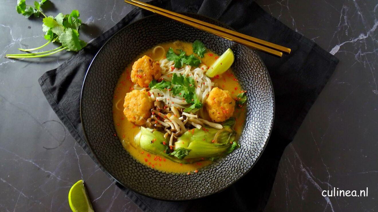 Rode curry noedelsoep met garnalenballetjes